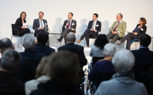 Moderatorin Dr. Tanja Busse (l) leitet im K21 in Düsseldorf am Montag, 25. April 2016, die Diskussion Prof. Dr. Henning Rentz (RWE AG), Sven Afhüppe (Handelsblatt), Frederik Lippert ( Vaillant Group ), Florian Nehm (Axel Springer SE) und Prof. Dr. Franzisca Weder (Universität Klagenfurt) während des 8.Ständehaus-Gesprächs mit dem Thema : Gesellschaftliche Verantwortung von Unternehmen in den Medien.