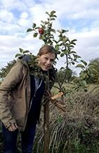 Tanja Busse unterm Apfelbaum